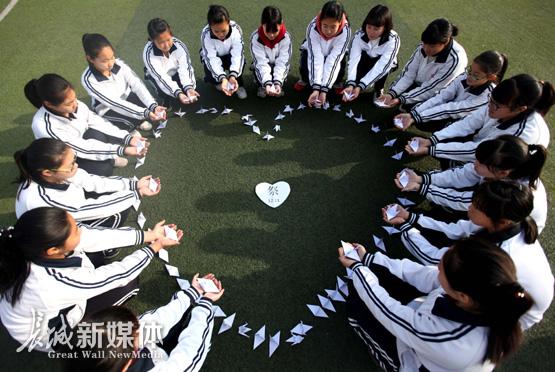香河县第二中学学生折纸鹤祭奠南京大屠杀死难者.陈彬 供图
