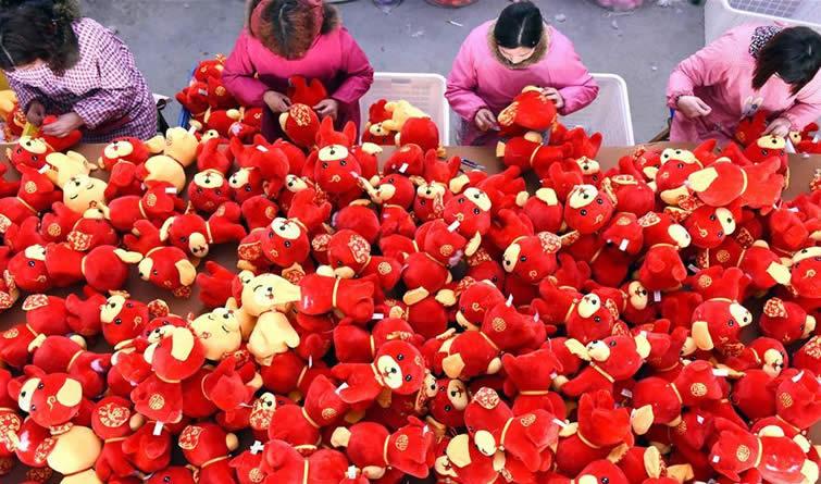 山东沂南:生肖狗玩具生产忙