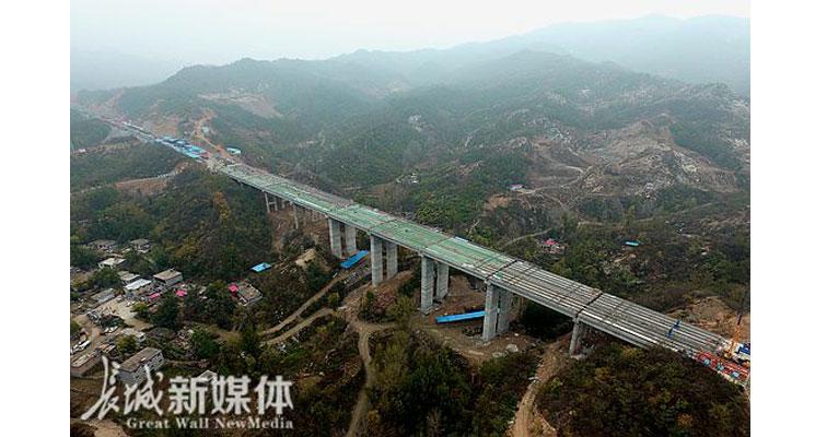 太行山高速甲子沟大桥顺利贯通<br> 全长368.5米 处于太行山腹地