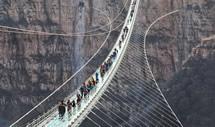 超长玻璃桥在平山正式开放
