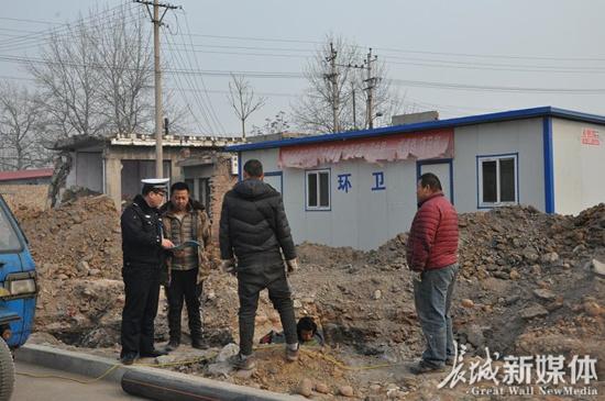 冀南新区交警大队深入农村宣传农用车驾驶法规