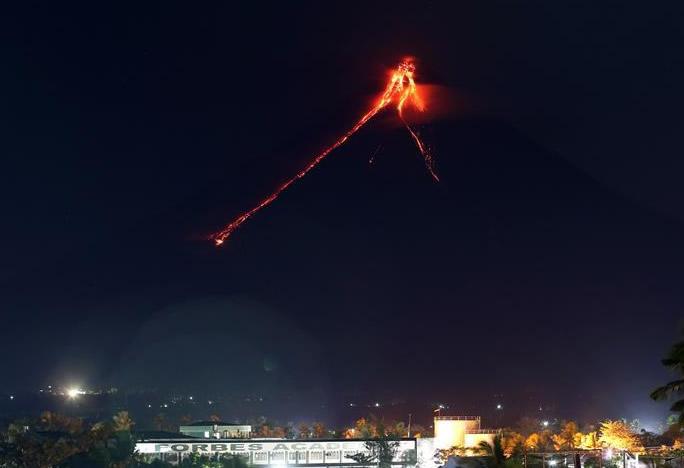 菲律宾马荣火山岩浆溢出