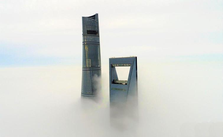 上海现强浓雾 楼宇似空中楼阁