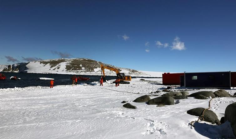 中国南极新建站大型工程装备运抵