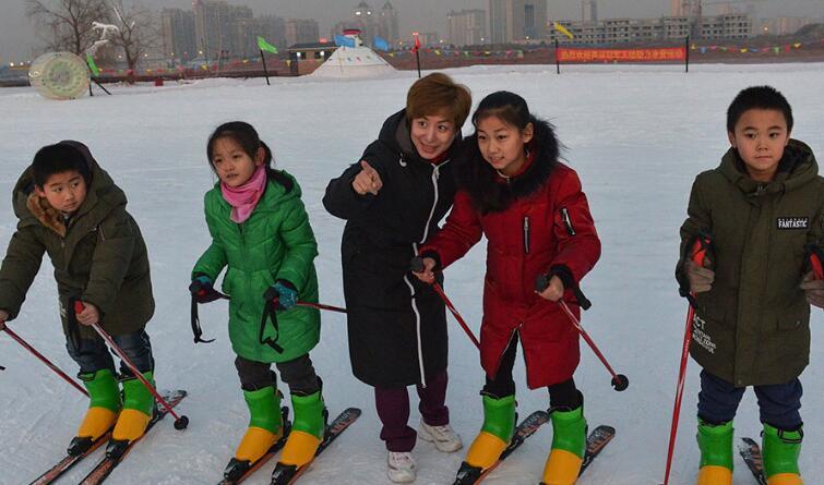 世界滑雪冠军郭丹丹走进迁安校园助推冰雪运动