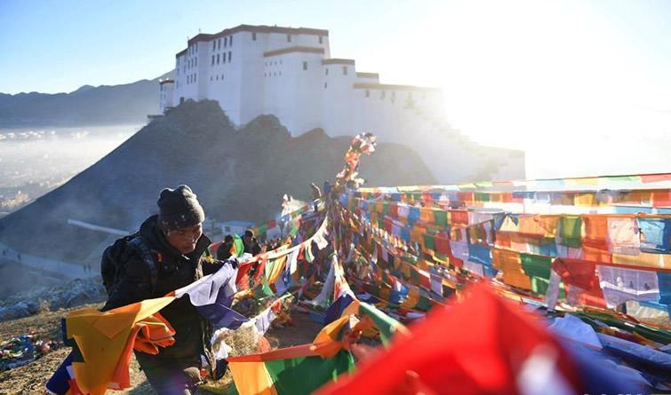 西藏日喀则藏历年竖五彩经幡