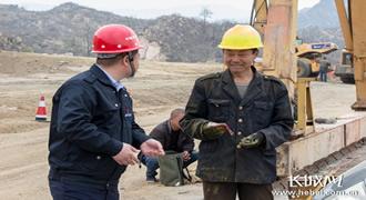 农民工捡到手机及时交公 项目经理自掏腰包来表彰