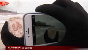 """奇观丨俄罗斯水面被冻成了""""冰蘑菇"""""""