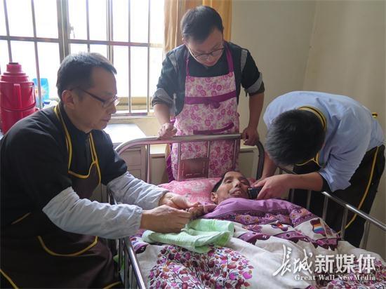 进德老年之家伸援手 瘫痪特困人士得温暖
