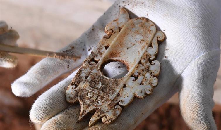 海昏侯墓园五号墓主棺内提取出精美玉器