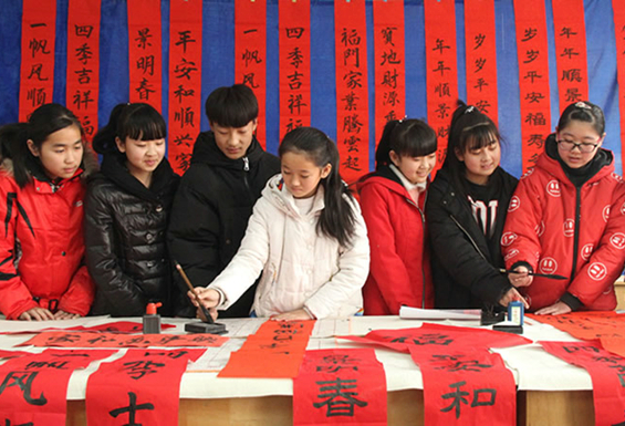 写春联 剪窗花 做贺卡 唐山丰润文明过春节