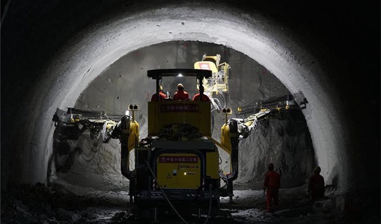 延崇高速佛峪口隧道推进超一成