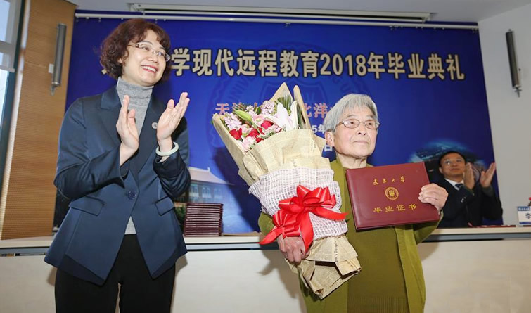 """81岁""""学霸奶奶""""天津大学本科毕业"""
