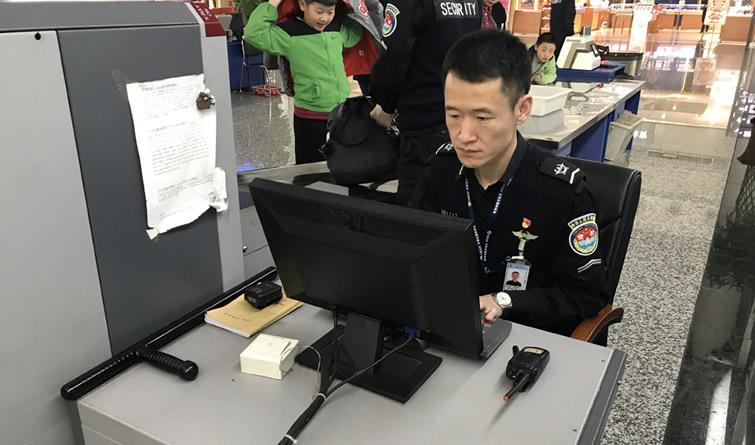 石家庄机场安检员冯业超:8年春节坚守 只为旅客安全回家