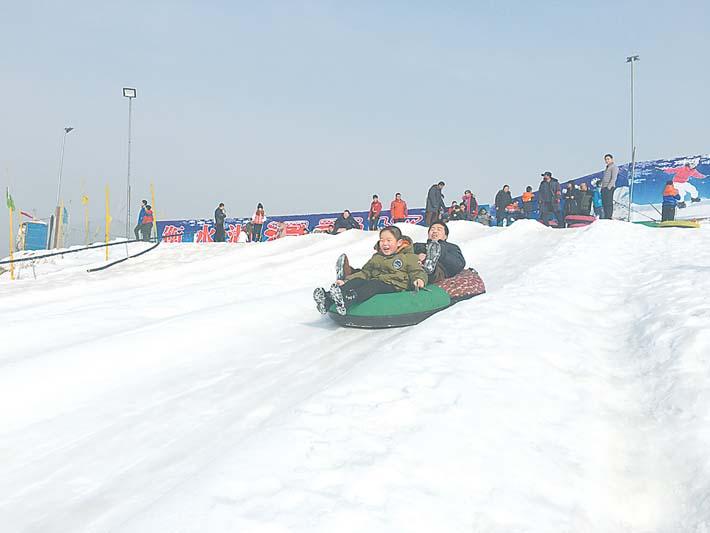 衡水市区雪场游客盈门市民雪上欢乐迎新春