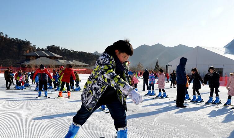 秦皇岛开发区小学生畅享冰雪运动 欢喜过新年