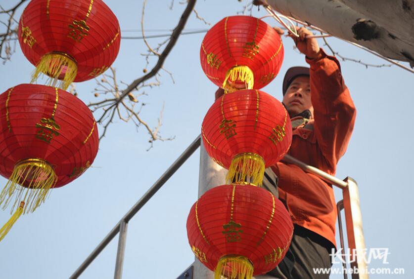 大红灯笼闹元宵!沧州市政工人白加黑赶装街道红灯笼