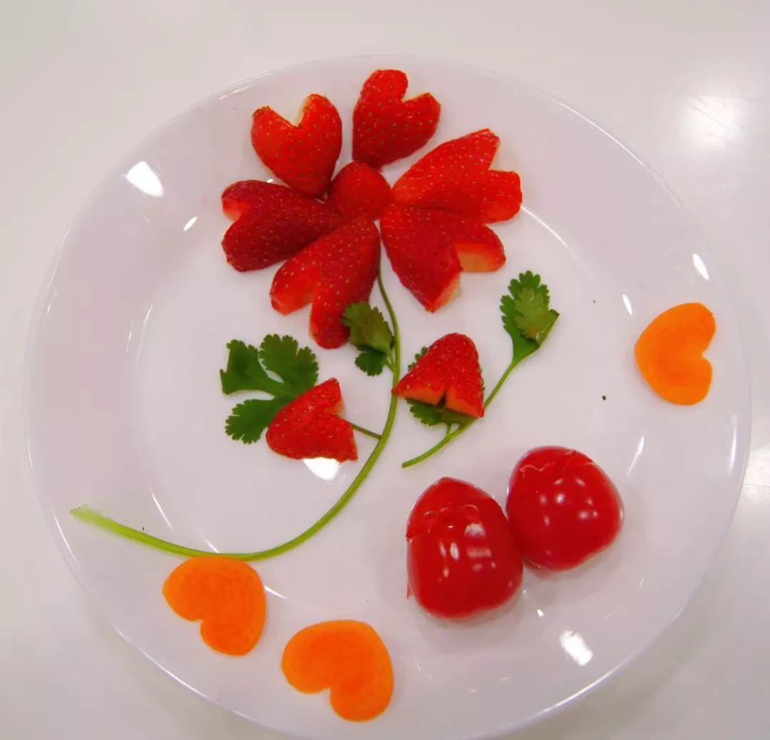草莓花,心形胡萝卜,动物形状的小西红柿… 水果拼盘也是创意十足