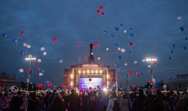 莫斯科民众庆祝俄罗斯世界杯开幕倒计时100天