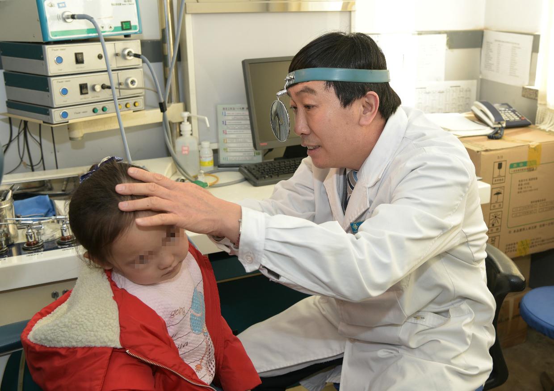 """唐山市协和医院开展""""践行雷锋精神 助力听障儿童""""专家义诊活动"""
