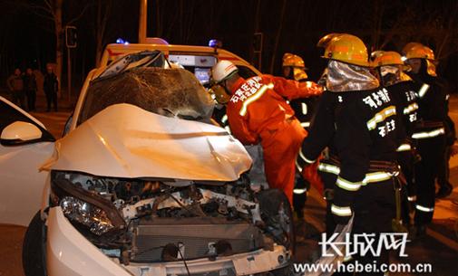 小轿车与渣土车相撞2人被困 石家庄消防紧急救援