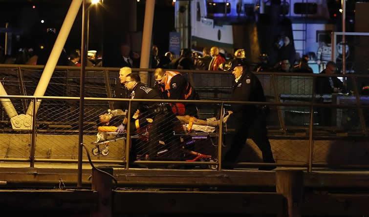 美国纽约一架直升机坠河至少2人死亡