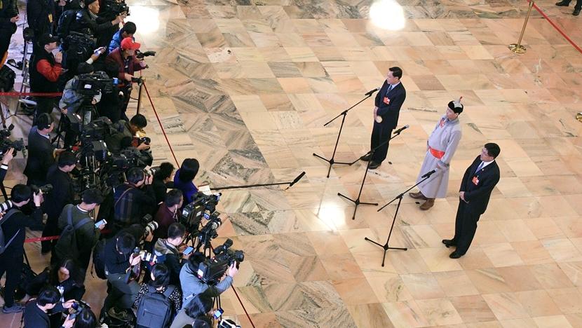 全国人大代表接受采访
