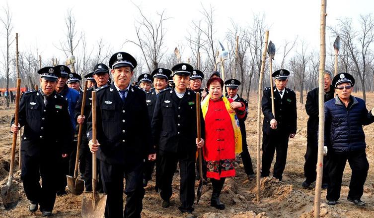 长城拍客第三十一期:环保老人连续十年义务植树