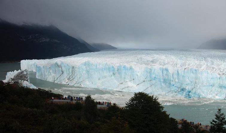 阿根廷冰川拱门崩塌场面壮观