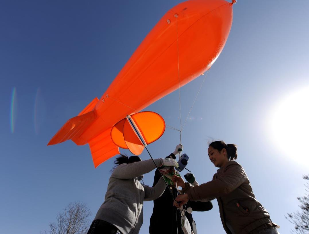 河北省环境气象中心工作人员用系留气艇进行PM2.5探测试验