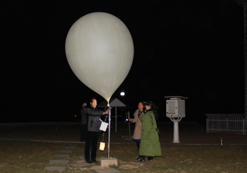 邢台皇寺气象探空站准备向高空放飞探空气球