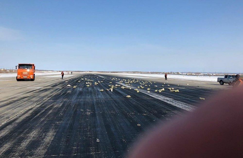 俄罗斯一飞机起飞时货舱门掉落 金块落地