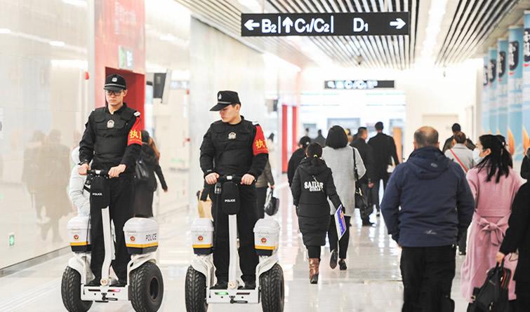 """民警踩上了""""风火轮""""警用平衡车亮相石家庄地铁"""