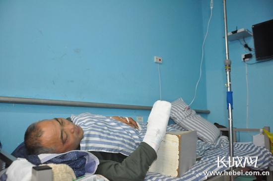临漳:男孩遇车祸卷入车下过路司机施救致手受伤