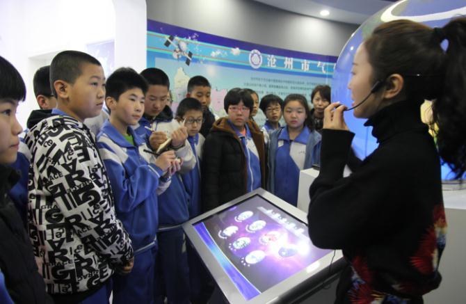 沧州:气象爱好者参观沧州市气象科普馆