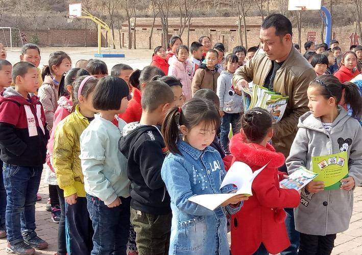 赤城:气象工作者向明德小学赠阅气象科普书籍