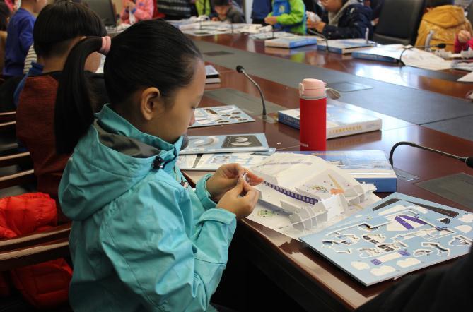 河北:气象纸模拼插比赛深受小学生欢迎