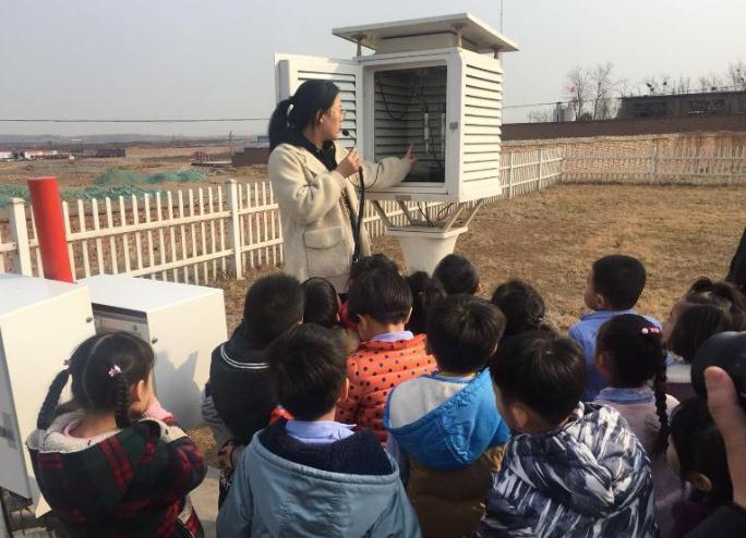 峰峰矿区:气象观测员为小朋友讲解气象知识