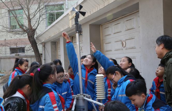 秦皇岛:孩子们对自动观测站充满好奇