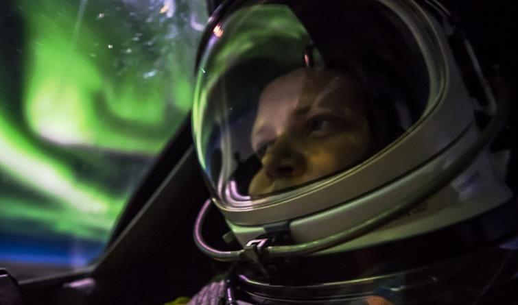 最炫酷的自拍 飞行员机舱中偶遇绚丽极光