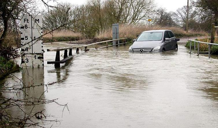 雨雪交加 英伦春天遭遇百条防洪警报