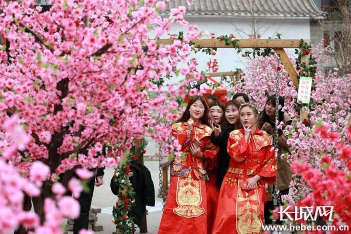中国爱情山—天河山景区举办桃花节活动。