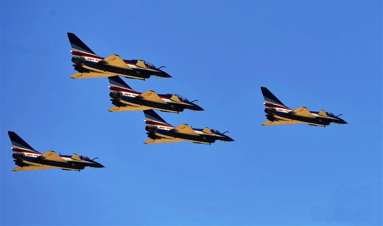 全民国家安全教育日空军向民众展现歼-10特技飞行
