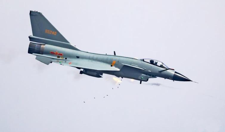 """空军年度考核 200余名飞行员角逐""""金飞镖"""""""