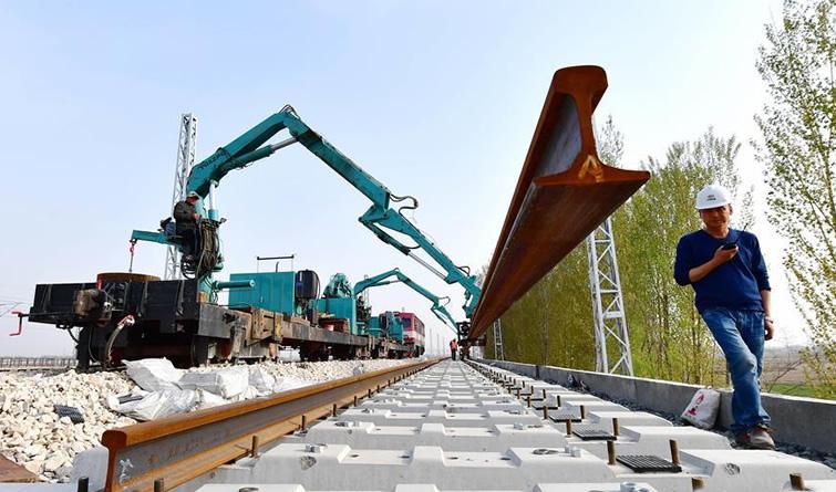 唐曹铁路加紧铺轨