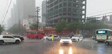 暴雨中,这些邯郸人默默坚守在街头!