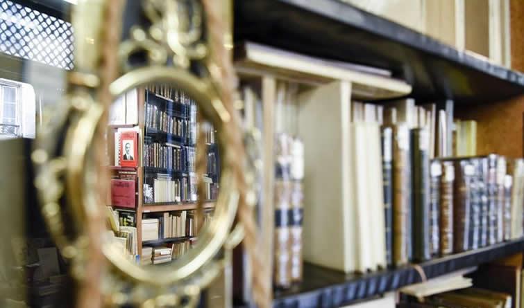 """智者的思想依然在这里闪光——探访巴黎""""渡桥""""旧书店"""