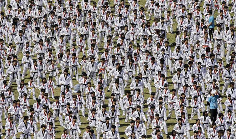 韩国8000人集体表演跆拳道 或刷新吉尼斯纪录