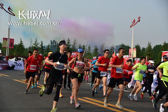 涉县国际马拉松鸣枪起跑