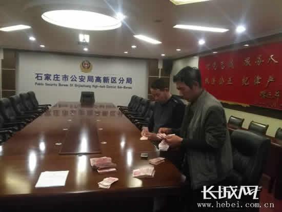 刘大江、李青云领到了拖欠两年的工资。长城网郭洪杰摄